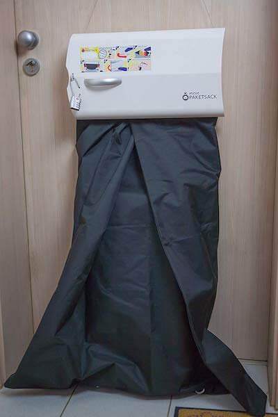 meinpaketsack an Wohnungstür montiert
